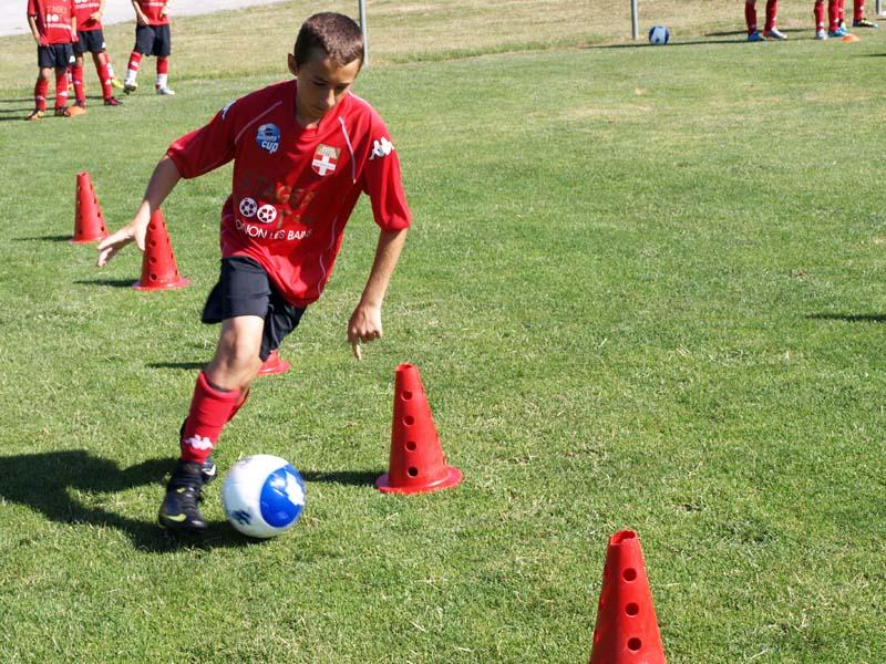 Enfant s'entrainant au football durant un stage sportif de foot