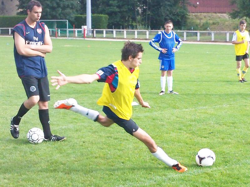 Adolescent jouant au football en stage sportif cet été