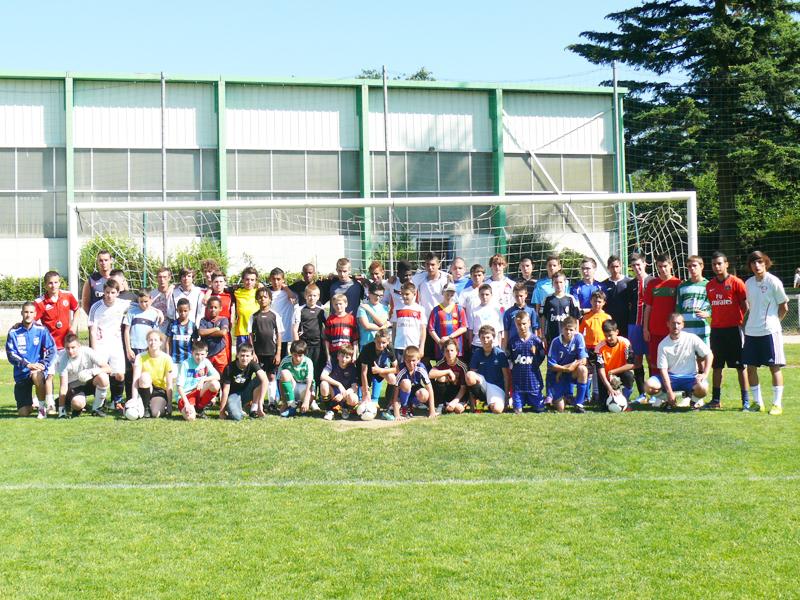 groupe d'enfants et ados durant un stage sportif de football