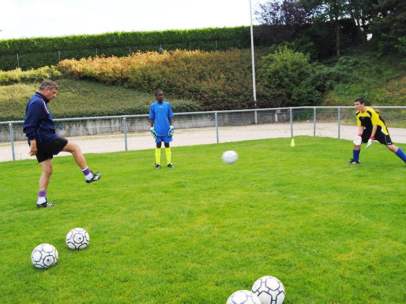 Ados en entrainement de football en stage sportif cet été