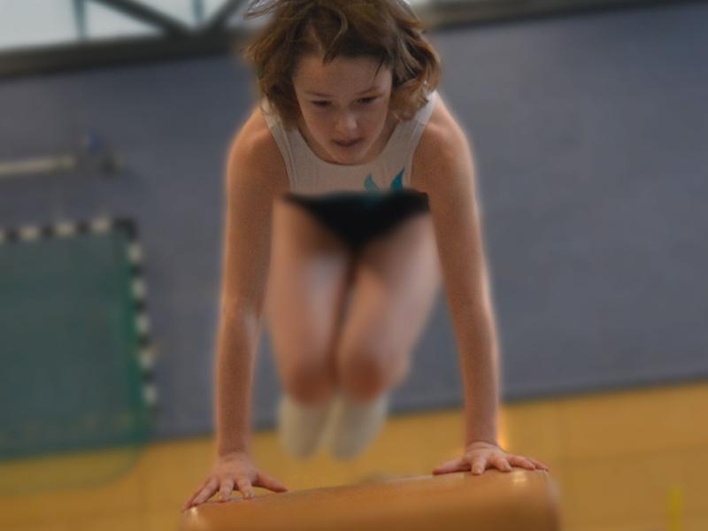 jeune fille pratiquant la gymnastique en stage sportif cet été