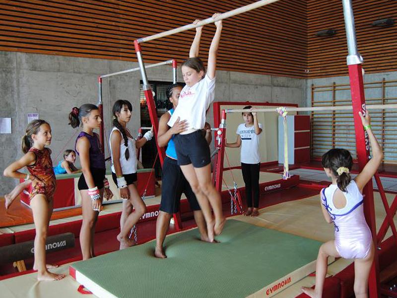 Jeune fille faisant de la gymnastique en stage sportif cet été