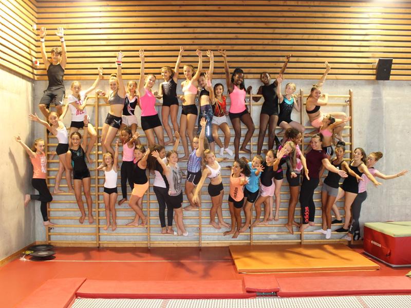 groupe d'enfants et ados en stage de gymnastique artistique cet été