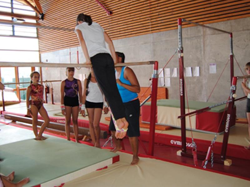 Enfant pratiquant la gymnastique en stage sportif de gymnastique artistique ét