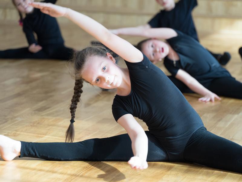 jeunes filles faisant des étirements en stage de gymnastique en colo