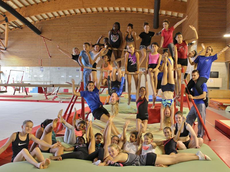 groupe d'enfants en stage sportif de gymnastique artistique cet été