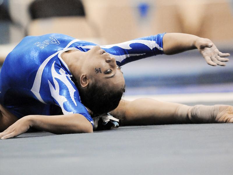 Adolescente pratiquant la gymnastique à haut niveau en stage sportif de gymnastique rythmique cet été