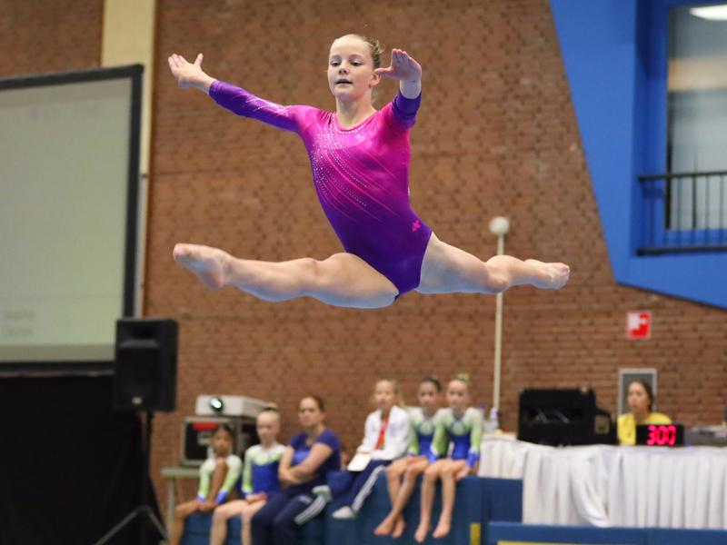 Jeune fille faisant de la gymnastique en colonie de vacances sportive stage sportif