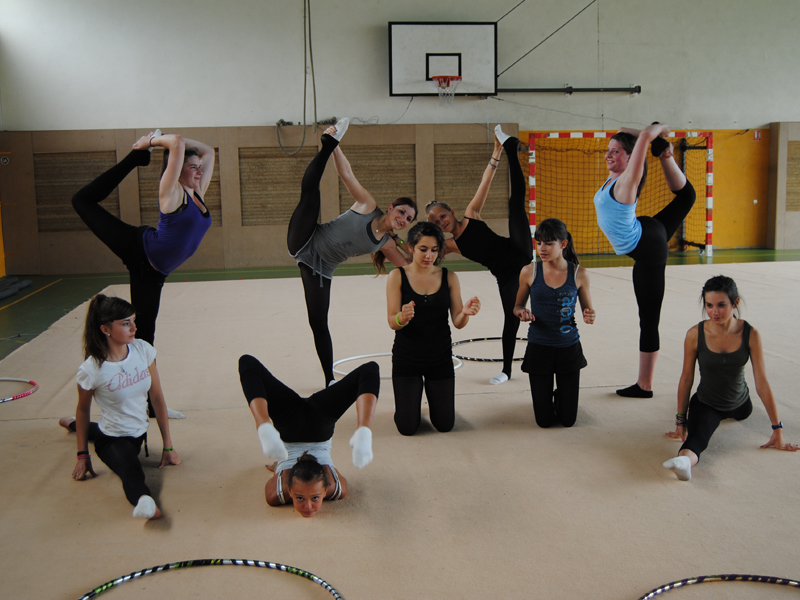 groupe d'enfants faisant de la gymnastique en colonie de vacances cet été