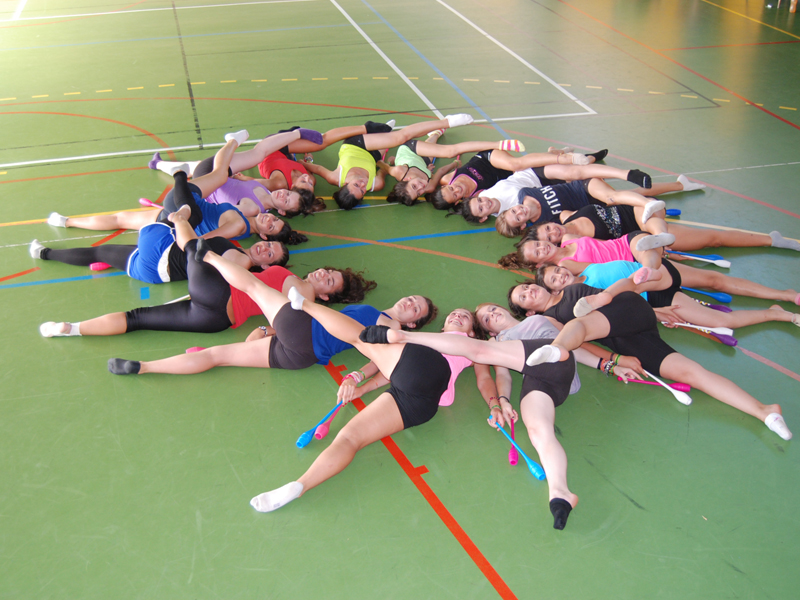 groupe d'enfants faisant de la gymnastique au sol en stage sportif