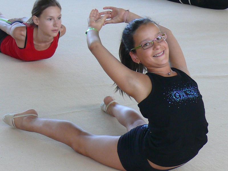 fillettes pratiquant les étirements en stages sportifs de gym cet été