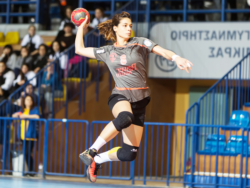 Adolescente se perfectionnant au handball en stage sportif handball cet été