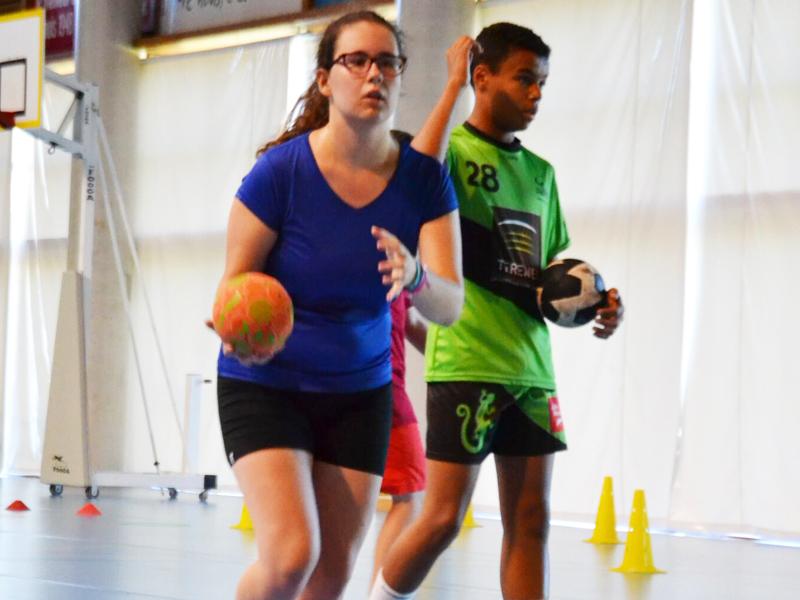 ados jouant au handball en stage sportif de hand