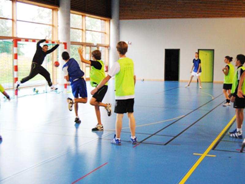 enfants de 11 ans jouant au handball en stage sportif d'été