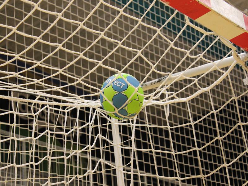Ballon de handball dans le filet en stage sportif de hand cet été