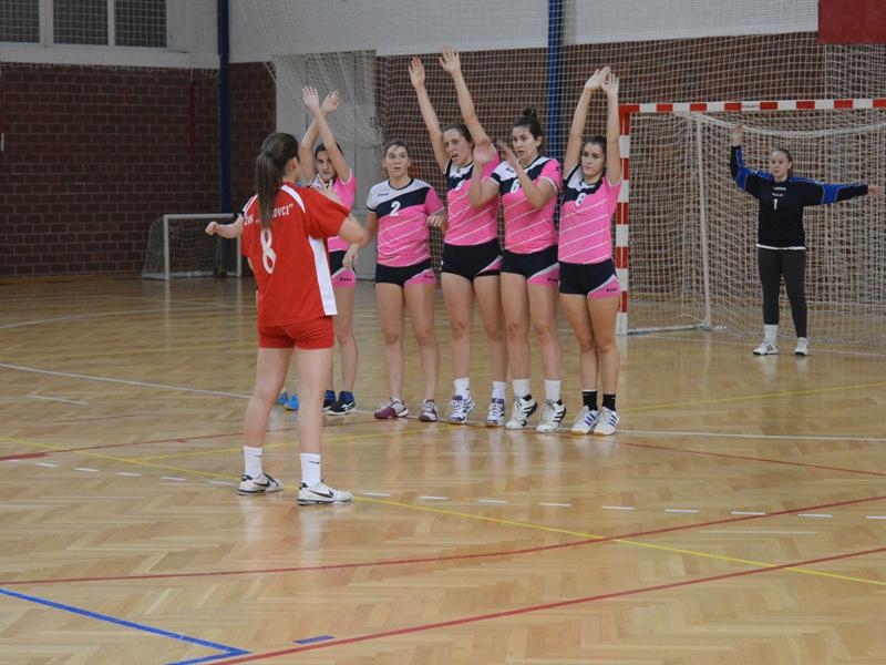 Enfants faisant des exercices d'entrainement pour le handball en colo et stage sportif cet été