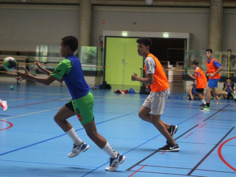 ados en pleine partie de hand cet été en stage de handball