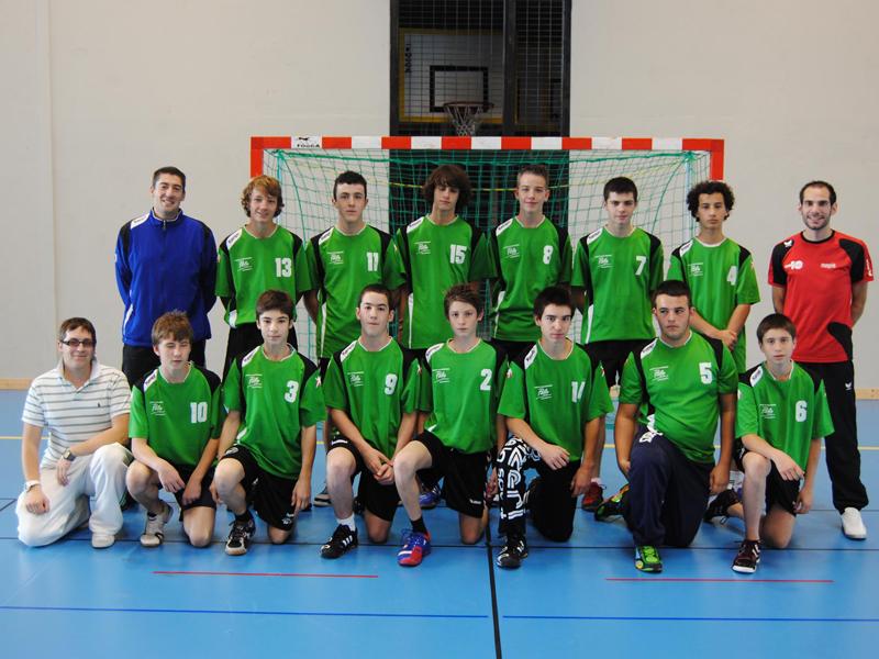 groupe d'ados équipe de handball en stage sportif de handball cet été