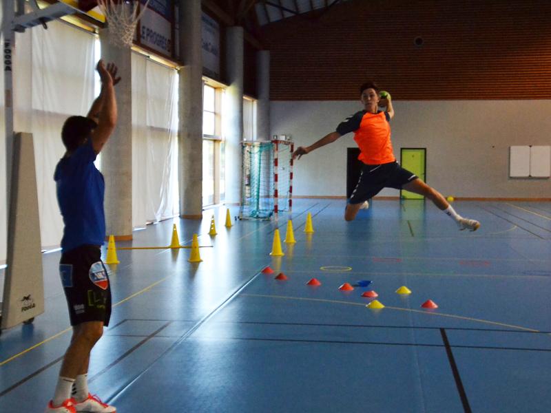 adolescent suivant un entrainement sportif de handball durant un stage cet été