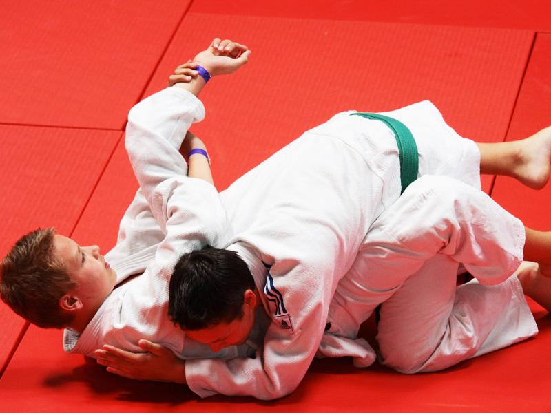 Deux adolescents pratiquant le judo à haut niveau en stage sportif