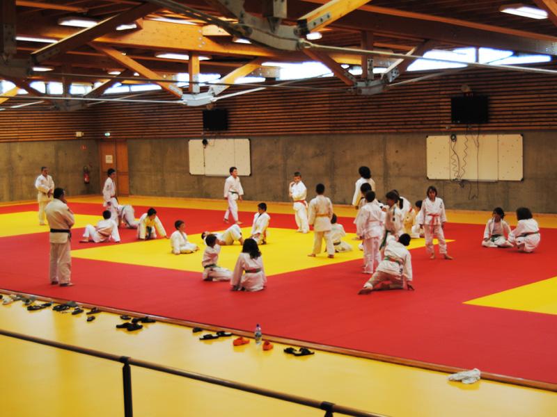 Vue sur le gymnase durant un stage sportif de judo pour enfants et ados l'été