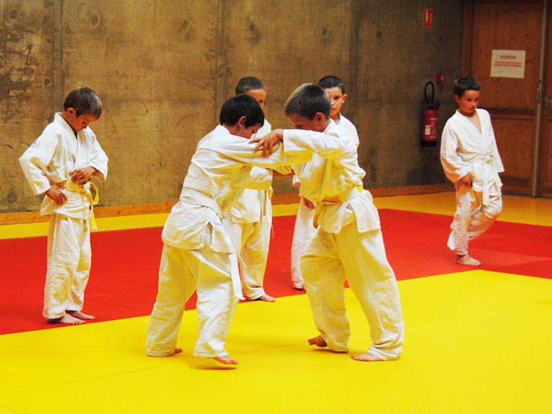 enfants apprenant les bases du judo durant un stage sportif de judo cet été