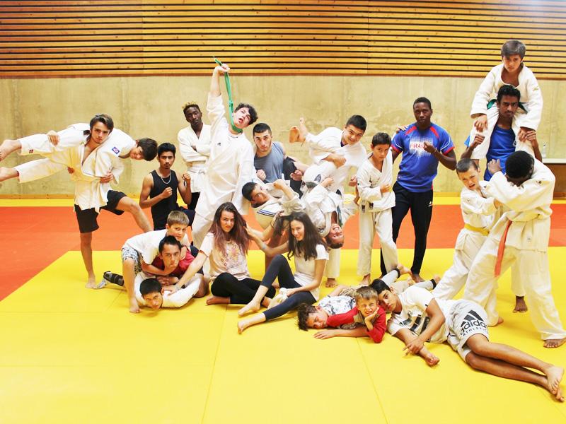 Groupe d'enfants pratiquant le judo durant les stages sportifs cet été