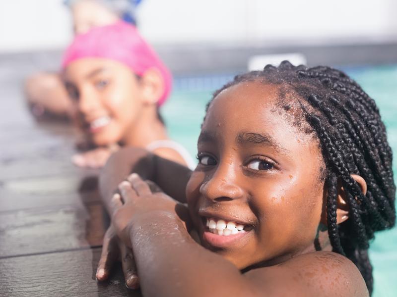 portrait de jeunes filles au bord de la piscine
