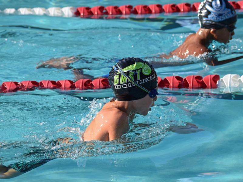 Enfant pratiquant la natation en stage sportif cet été