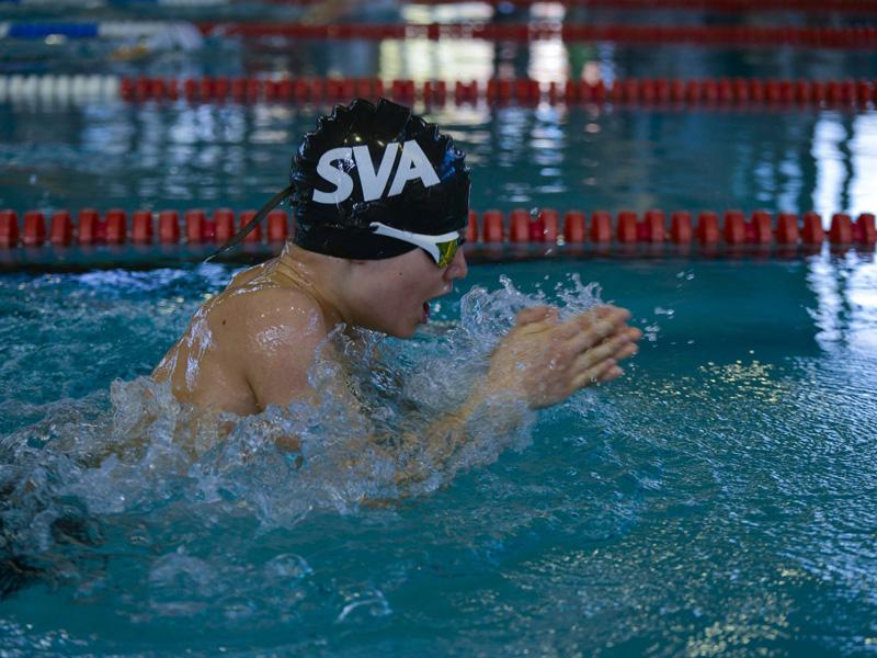 enfants nageant en stage sportif natation été