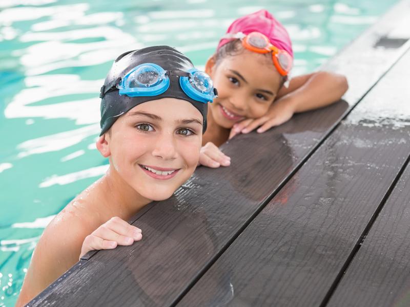 Portrait d'enfants au bord de la piscine en stage sportif natation