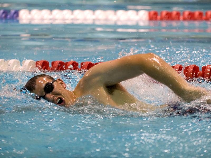 Adolescent pratiquant la natation cet été lors d'un stage sportif