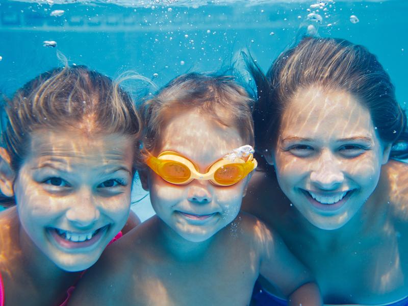 enfants faisait de la natation en stage sportif cet été