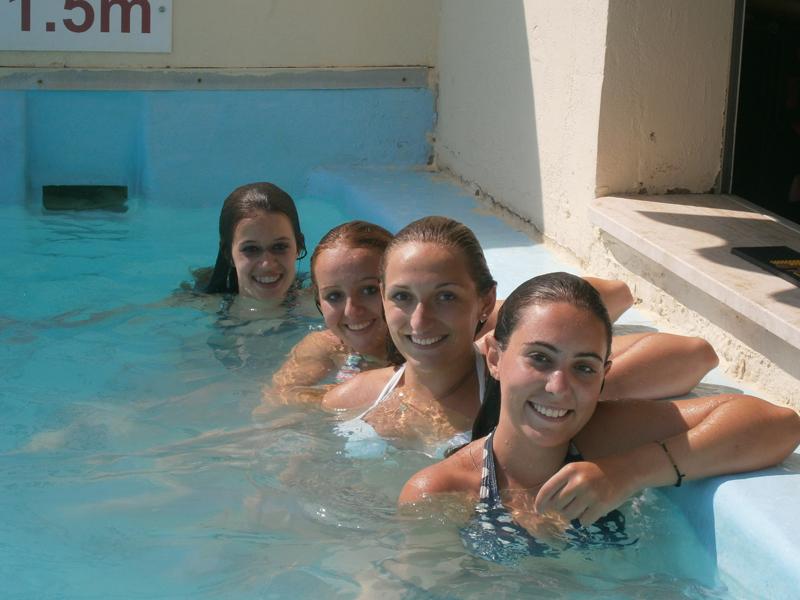 groupe de jeunes filles à la piscine en stage sportif de natation cet été