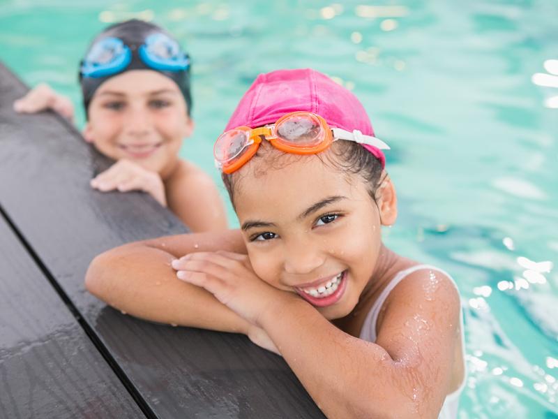 Portrait d'enfants en stage de natation cet été