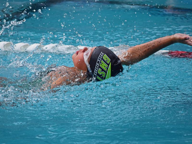Enfant apprenant à nager durant un stage sportif de natation cet été