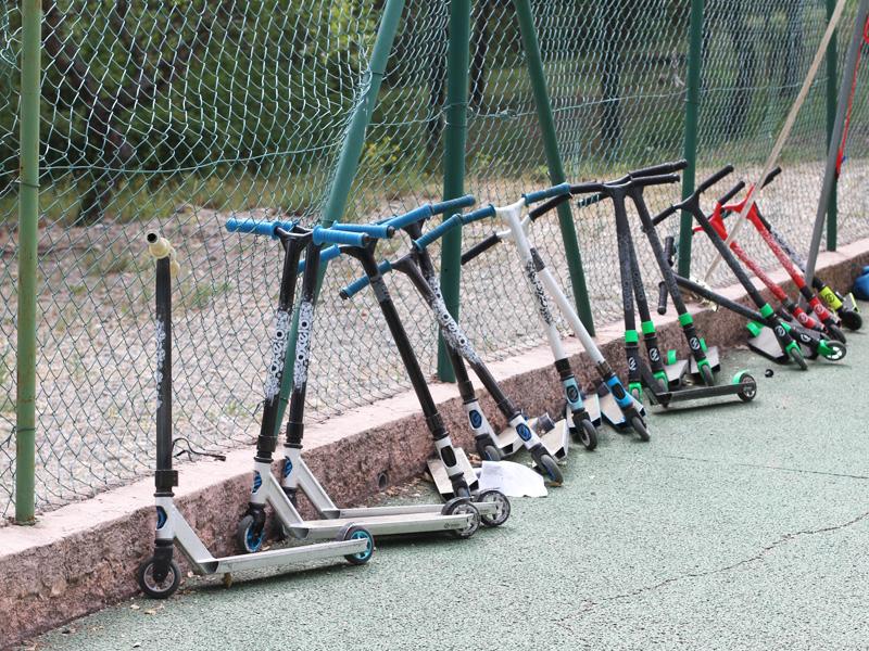 Trottinettes rangées pour le stage sportif roller et trottinettes à Yssingeaux cet été