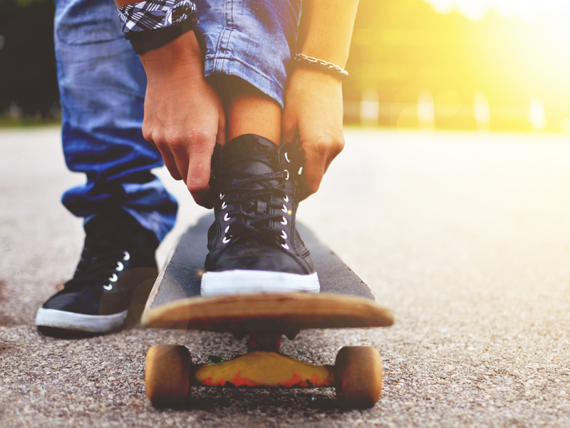 Adolescent en stage sportif skateboard cet été