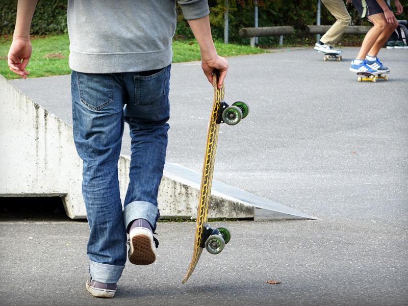 Jeune ado faisant du skateboard en colonie de vacances