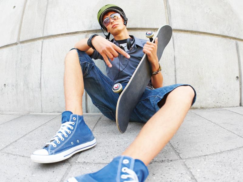 Adolescent pratiquant le skateboard à haut niveau en colonie de vacances cet été