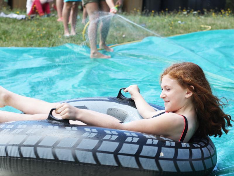 Jeune fille participant aux jeux d'eau des stages sportifs d'yssingeaux cet été