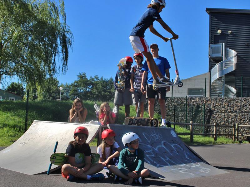 Adolescents pratiquant le skateboard en colonie de vacances d'été