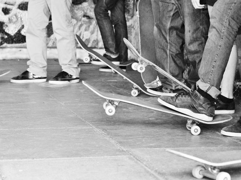 Groupe d'adolescents faisant du skateboard en stage sportif cet été