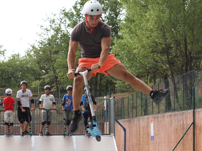 Adolescents faisant de la trottinette à haut niveau en stage sportif