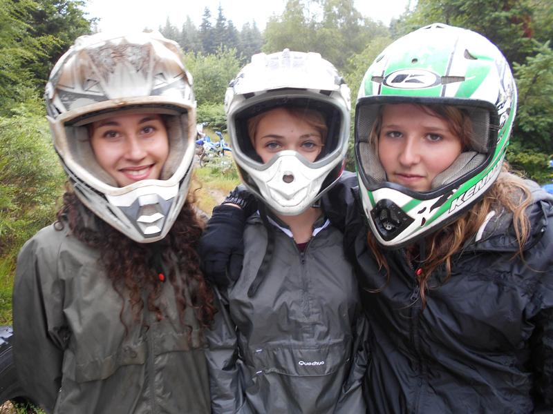 portrait de trois jeunes filles portant un casque de moto en stage sportif de moto cross et quad