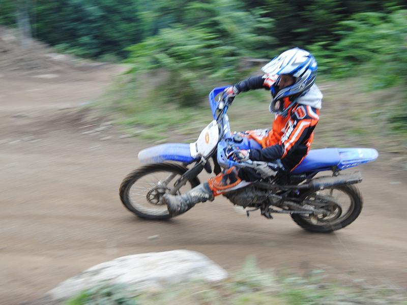 enfant de stage sportif se perfectionnant à la pratique de la moto