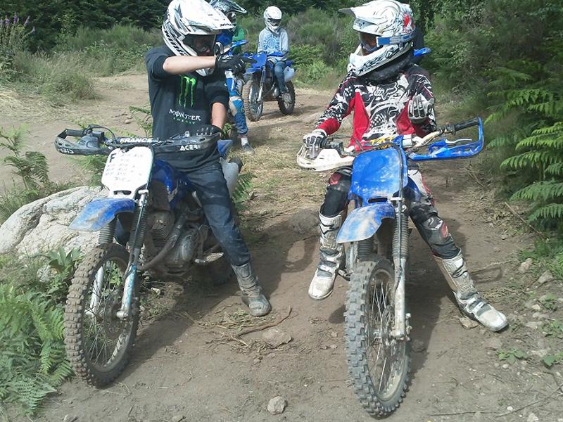 deux enfants sur leurs motos pendant un stage sportif de moto