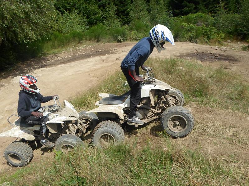 enfants faisant du quad ensemble pendant un stage d'initiation aux sports mécaniques cet été