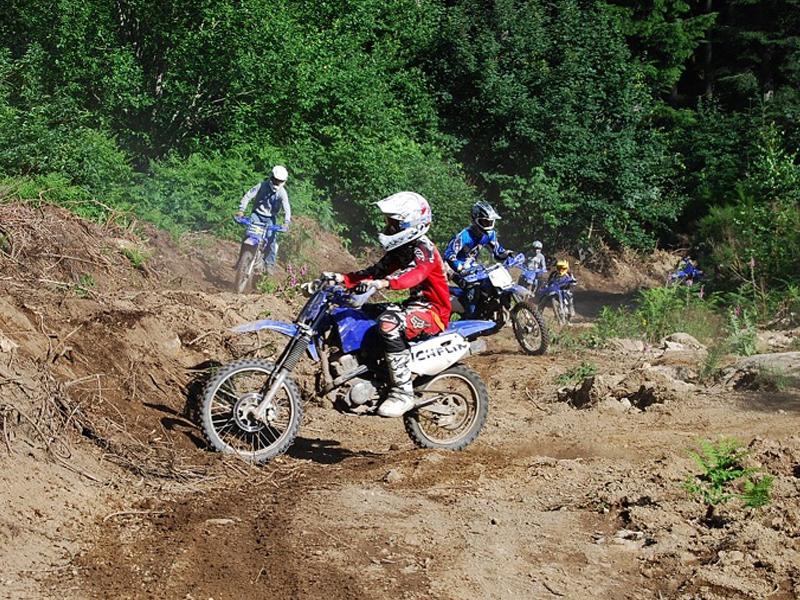 Enfants apprenant à conduire des moto cross en stage sportif cet été