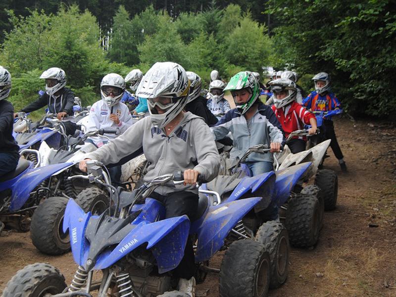 groupe d'enfants faisant du quad pendant un stage sportif cet été